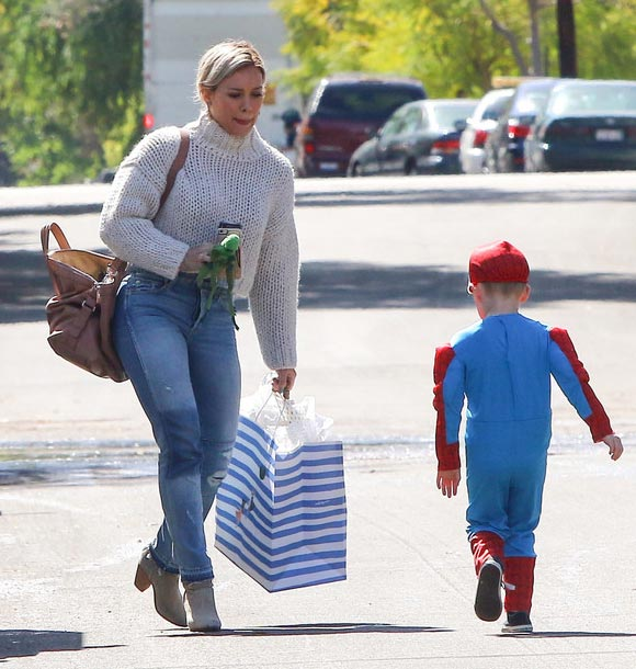 Hilary-Duff -son-Luca-spiderman-mar-2016-05