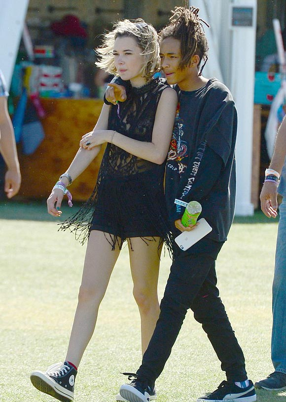 Jaden-Smith-girlfriend-Sarah-kiss-Coachella-2016-02