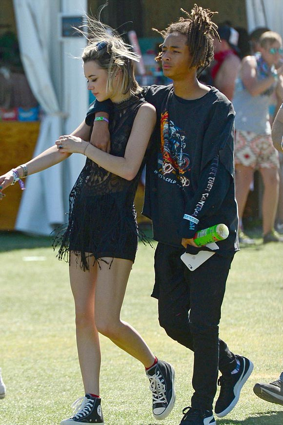 Jaden-Smith-girlfriend-Sarah-kiss-Coachella-2016-03