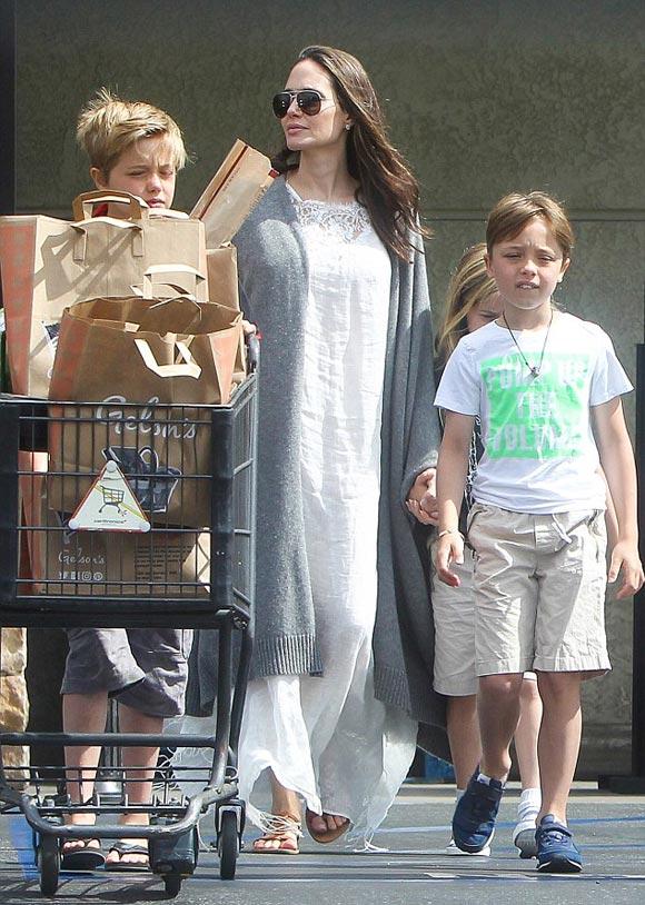 Angelina-Jolie-Shiloh-Knox-Vivienne-july-2016-03