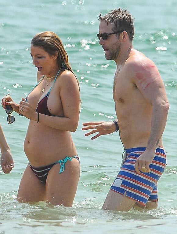 Pregnant-Blake-Lively-bikini-3-july-2016-01