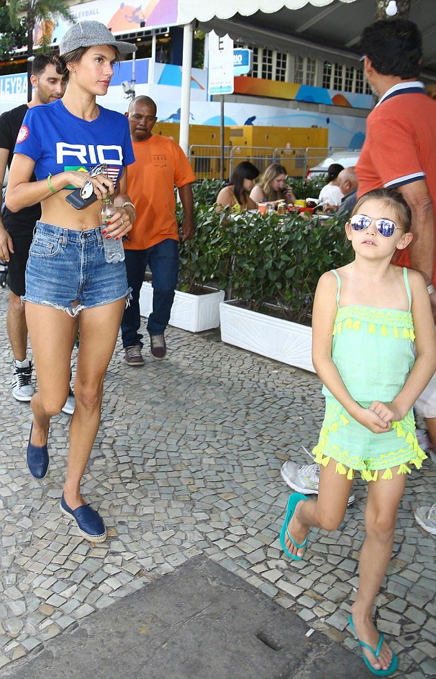 Alessandra-Ambrosio-childrens-rio-aug-2016-01