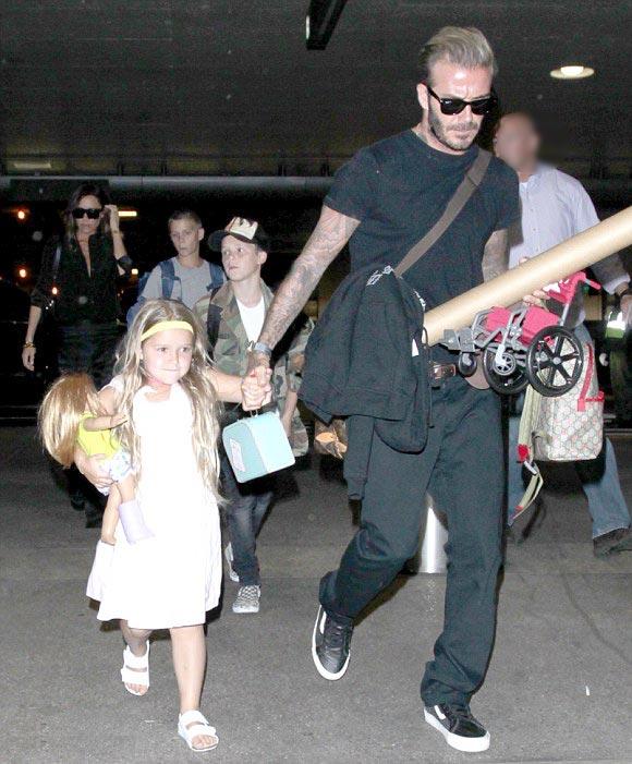 David-Victoria-Beckham-fly-LAX-Brooklyn-Romeo-Cruz-Harper-aug-2016-01