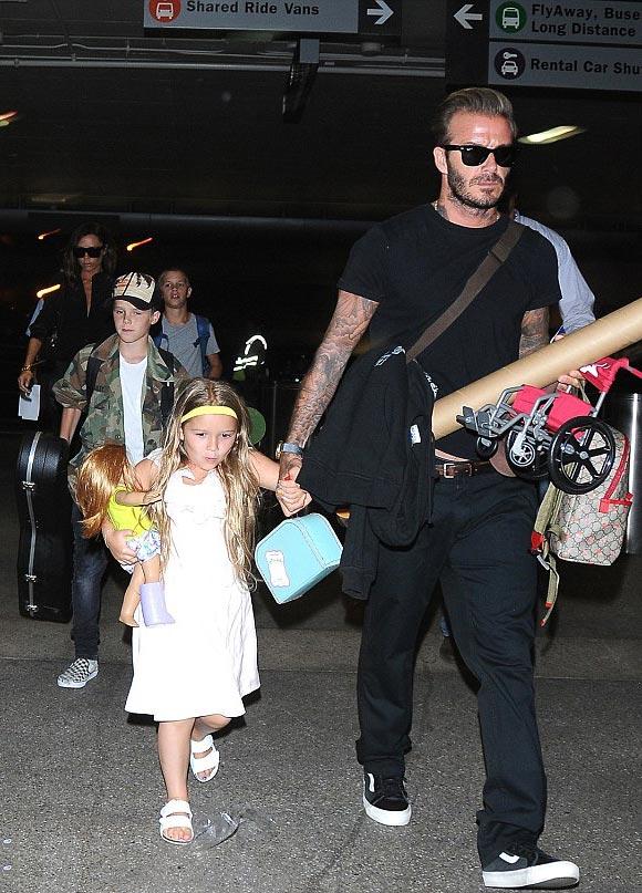 David-Victoria-Beckham-fly-LAX-Brooklyn-Romeo-Cruz-Harper-aug-2016-02