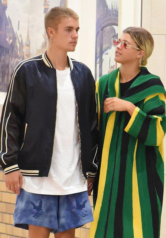 Justin-Bieber-Sofia-Richie-japan-14-aug-2016-02