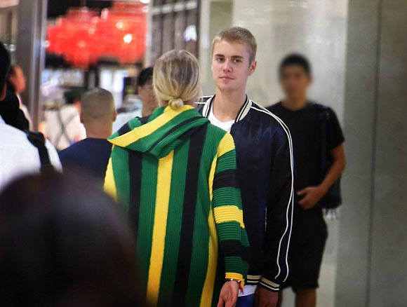 Justin-Bieber-Sofia-Richie-japan-14-aug-2016-05