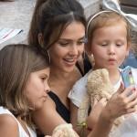 ジェシカ・アルバ、テニス観戦中の娘たちとセルフィー!