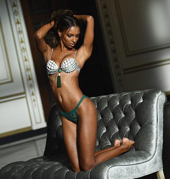 jasmine-tookes-fantasy-bra-vs-2016-02