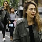 ジェシカ・アルバ、「ミリタリージャケット×レザーパンツ」で娘とお出かけ #私服