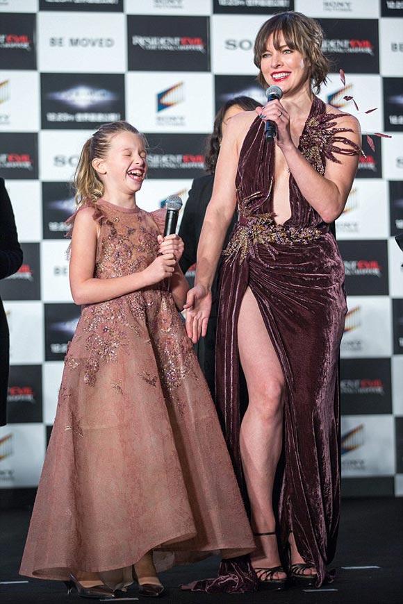 milla-jovovich-daughter-ever-japan-2016-05