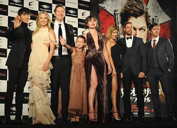 milla-jovovich-daughter-ever-japan-2016-08