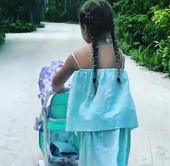harper-beckham-maldives-dec-2016-02