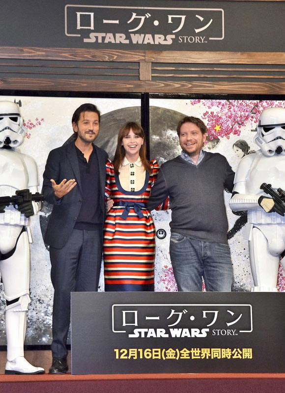 jones-diego-luna-rogue-one-japan-dec-2016-03