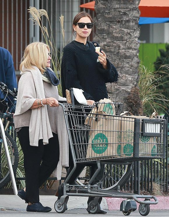 pregnant-irina-shayk-bradley-coopers-mom-shopping-dec-2016-02
