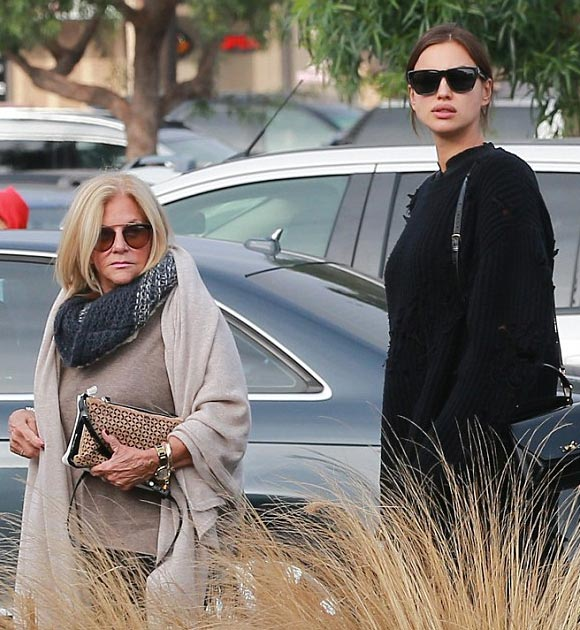 pregnant-irina-shayk-bradley-coopers-mom-shopping-dec-2016-04