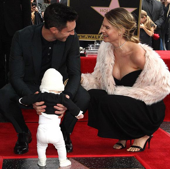 Adam-Levine-Behati-Prinsloo-daughter-Hollywood-Walk-of-Fame-2017-03