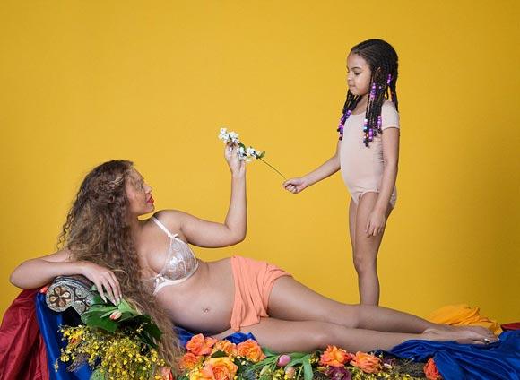 Pregnant-Beyonce-strips-expose-bump-2017-02