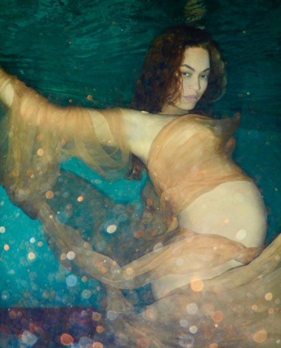 Pregnant-Beyonce-strips-expose-bump-2017-06