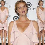 妊娠中のロージー・ハンティントン=ホワイトリー、ピンクのフィッシュテールドレスで登場!