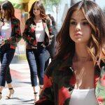 セレーナ・ゴメス、赤のバラ柄ジャケットにスキニージーンズでお出かけ #私服