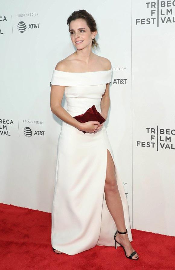 白のオフショルダードレスで映画『The Circle』のプレミアに登場した、エマ・ワトソン。