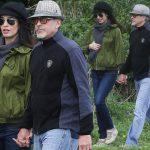 ジョージ・クルーニー、妊娠中の妻アマルと手つなぎ散歩