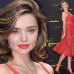 ミランダ・カー、オーラあふれる美しさ!赤のレースドレスでイベントに出席