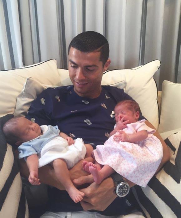 Cristiano-Ronaldo-newborn-twins-july-2017-01