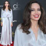 アンジェリーナ・ジョリー、グレーのシルクドレスに真っ赤なリップがぴったり♡