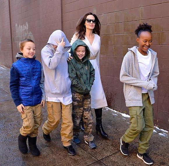 Angelina-Jolie-children-Star-Wars-dec-2017-03