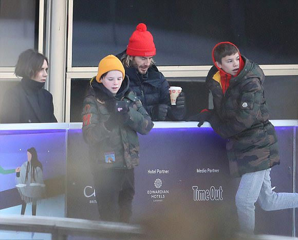 david-victoria-Beckham-ice-skating-family-dec-2017-01