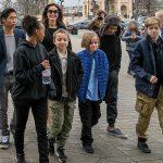 アンジェリーナジョリー、 子供6人とルーブル美術館へ!