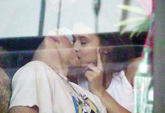 Brooklyn-Beckham-spotted-kissing-Lexi-Wood-april-2018-01