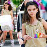 トム・クルーズの娘スリちゃん、ゲイ・パレードでレモネードを売る!