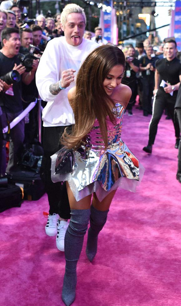 Ariana-Grande-Pete-Davidson-mtv-2018-06