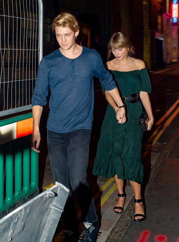 Taylor-Swift-Joe-Alwyn-aug-2018-01