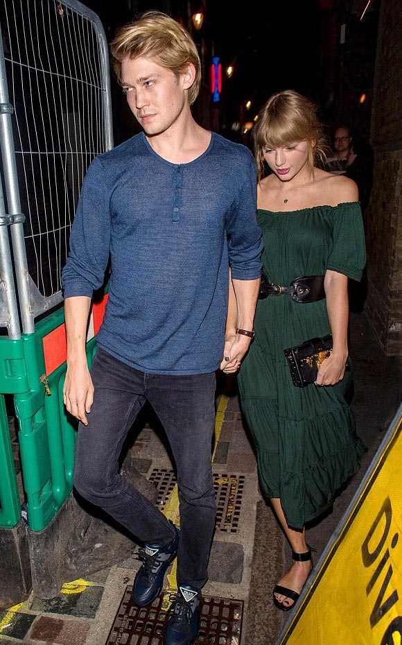 Taylor-Swift-Joe-Alwyn-aug-2018-02