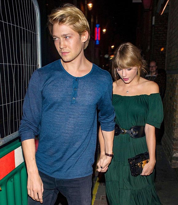 Taylor-Swift-Joe-Alwyn-aug-2018-04