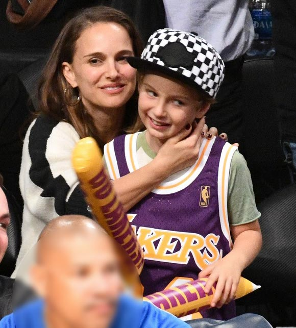 natalie-portman-aleph-lakers-game-oct-2018-04