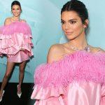 ケンダル・ジェンナー、ピンクのフェザードレスで美脚を披露!