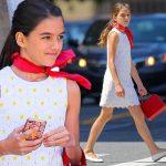 トム・クルーズの娘スリちゃん、お洒落に赤いスカーフを首もとに巻いてお出かけ♪